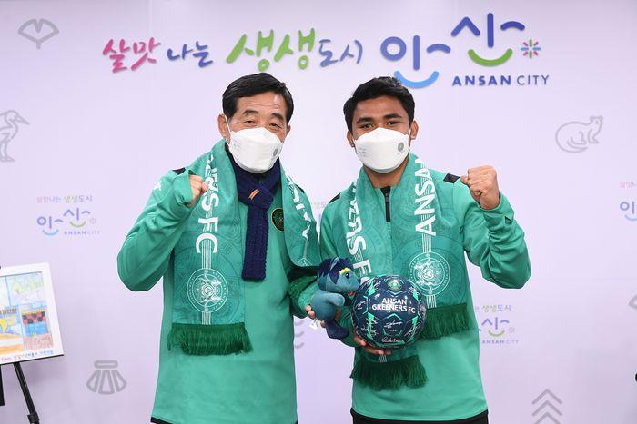 Asnawi Mangkualam setelah menandatangani kontrak dengan Ansan Greeners FC.