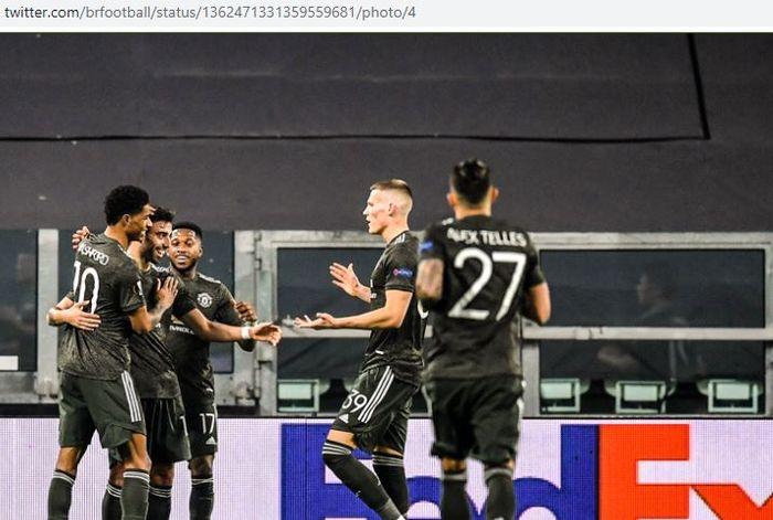 Para pemain Manchester United merayakan gol yang dicetak oleh Bruno Fernandes dalam laga leg pertama babak 32 besar Liga Europa kontra Real Sociedad di Juventus Stadium, Kamis (18/2/2021).