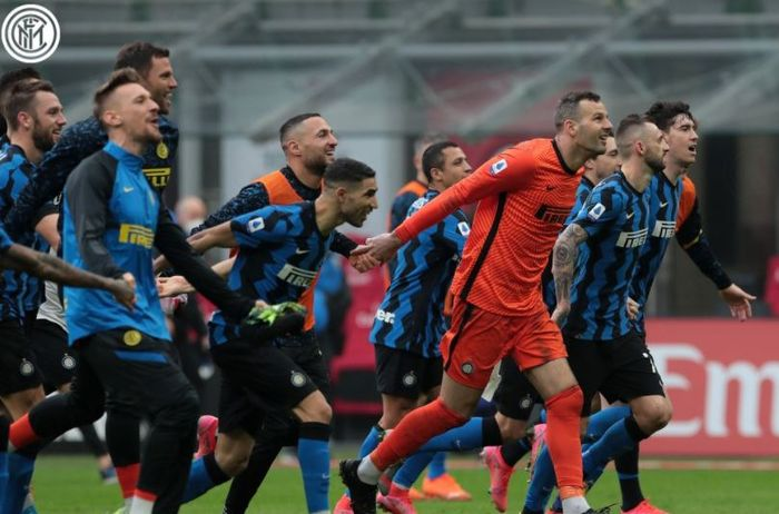 Para pemain Inter Milan merayakan kemenangan atas AC Milan dalam laga Liga Italia di Stadion San Siro, Minggu (21/2/2021).