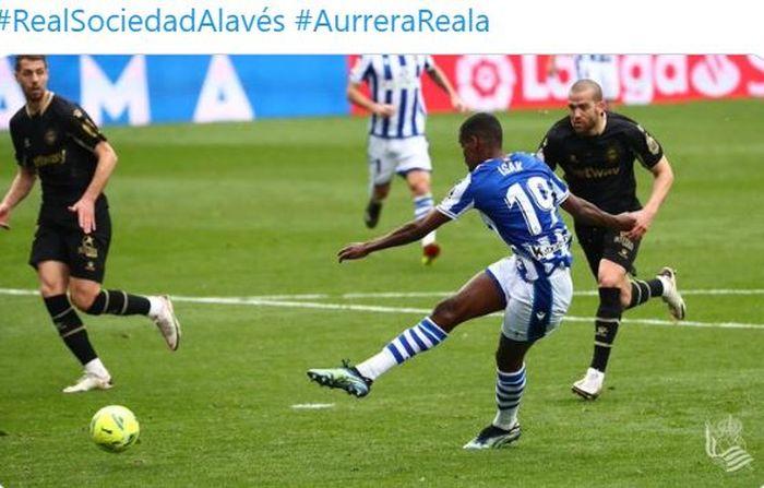 Striker Real Sociedad, Alexander Isak, mencetak gol ke gawang Deportivo Alaves dalam laga Liga Spanyol di Stadion Reale Arena, Minggu (21/2/2021).
