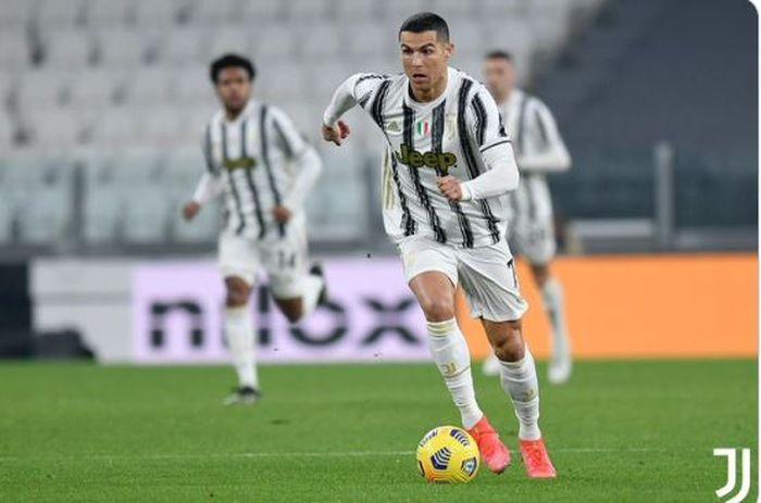 Megabintang Juventus, Cristiano Ronaldo, beraksi dalam laga Liga Italia melawan Crotone di Stadion Allianz, Senin (22/1/2021).