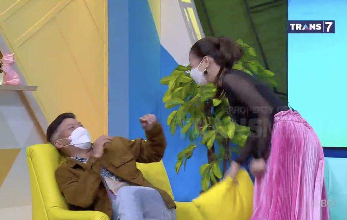 Astrid Tiar membentak Gading Marten ketika aibnya dibuka saat mengisi acara Okay Bos Trans7, Kamis (25/2/2021) pagi.