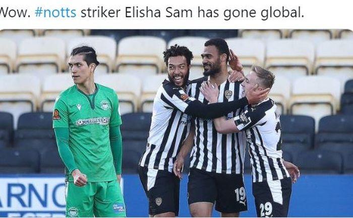 Striker Notts County, Elisha Sam, merayakan gol yang dicetak ke gawang Oxford City dalam laga perempat final FA Trophy di Stadion Meadow Lane, Sabtu (27/2/2021).