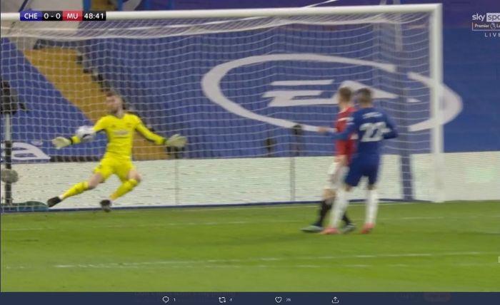 Kiper Manchester United, David de Gea, membendung tendangan pemain Chelsea dalam laga Liga Inggris pada Minggu (28/2/2021).