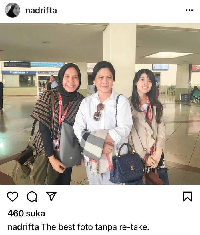 Nadya Arifta yang mengenakan pakaian garis-garis berwarna cokelat dan hitam juga dilengkapi kerudung berwarna senada pun tampak berdiri di samping istri Presiden Joko Widodo.
