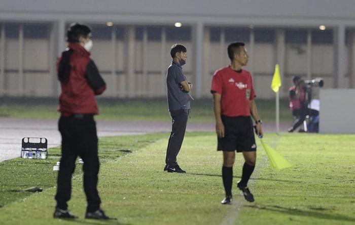 Pelatih timnas U-22 Indonesia, Shin Tae-yong saat melawan Bali United pada laga uji coba di Stadion Madya, Senayan, Jakarta, Minggu (7/3/2021).