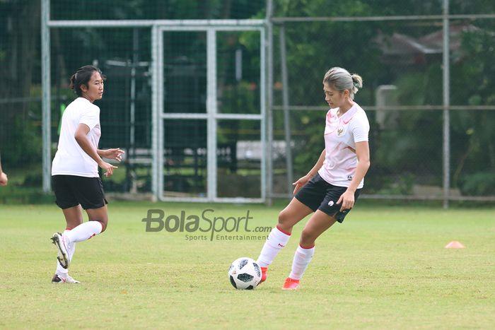 Zahra Muzdalifah sedang menendang bola dalam latihannya bersama timnas putri Indonesia di Lapangan D, Senayan, Jakarta, 8 Maret 2021.