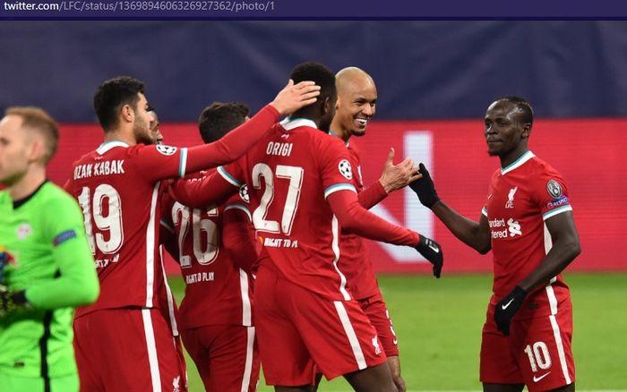 Para pemain Liverpool dan Juergen Klopp merayakan kelolosan ke babak perempat final Liga Champions usai menang agregat 4-0 atas RB Leipzig.
