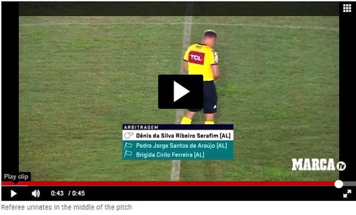 video Marca yang menunjukkan aksi seorang wasit di tengah lapangan