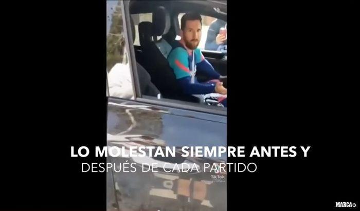 Lionel Messi terlihat kesal saat direkam seorang fans Barcelona.
