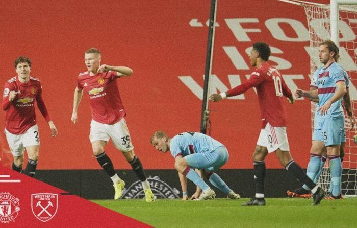 Para pemain Manchester United merayakan gol yang dicetak ke gawang West Ham United dalam laga Liga Inggris di Stadion Old Trafford, Minggu (14/3/2021).