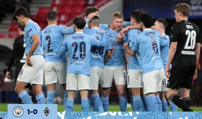 Para pemain Manchester City merayakan gol Kevin De Bruyne dalam laga leg kedua babak 16 besar Liga Champions kontra Borussia Moenchengladbach di Stadion Puskas Arena, Selasa (16/3/2021).