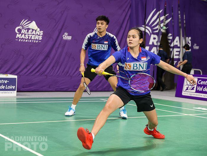 Pasangan ganda campuran Indonesia, Zachariah Josiahno Sumanti/Hediana Julimarbela, saat bertanding pada babak 16 besar Orleans Masters 2021 di Palais des Sports, Orleans, Prancis, 25 Maret 2021.