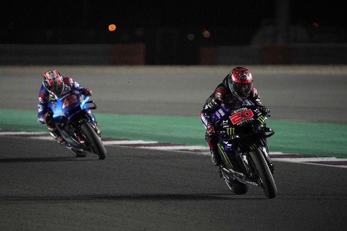 Pembalap Monster Energy Yamaha, Fabio Quartararo (kanan), saat tampil pada balapan MotoGP Qatar di Sirkuit Losail, Doha, Qatar, 28 Maret 2021.