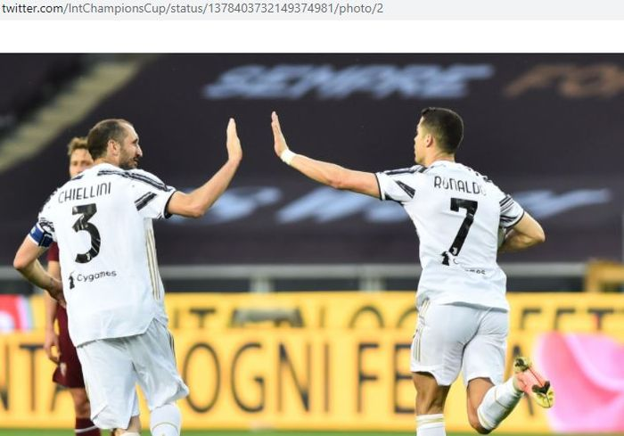 Megabintang Juventus, Cristiano Ronaldo, merayakan gol bersama Giorgio Chiellini dalam laga Liga Italia kontra Torino di Stadion Olimpico Grande Torino, Sabtu (3/4/2021).