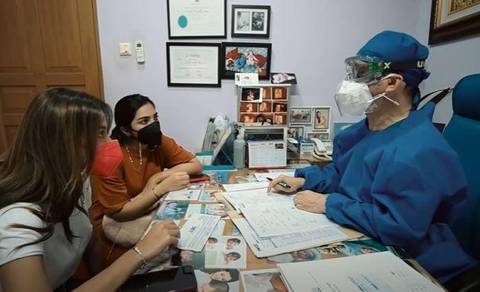 YouTube/The Hermansyah A6 Aurel Hermansyah dan Ashanty saat mendengarkan penjelas dokter