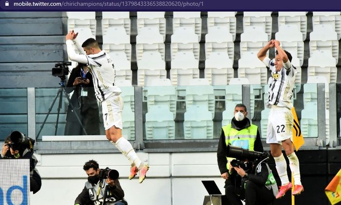 Megabintang Juventus, Cristiano Ronaldo (kiri), melakukan selebrasi bersama Federico Chiesa saat melawan Napoli dalam laga tunda pekan ke-3 Liga Italia 2020-2021 di Allianz Stadium, Rabu (7/4/2021) pukul 23.45 WIB.