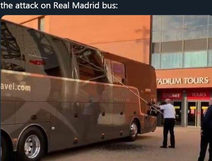 Petugas membersihkan pecahan kaca bus yang mengangkut skuad Real Madrid yang diserang oknum suporter sebelum memasuki kandang Liverpool, Anfield.