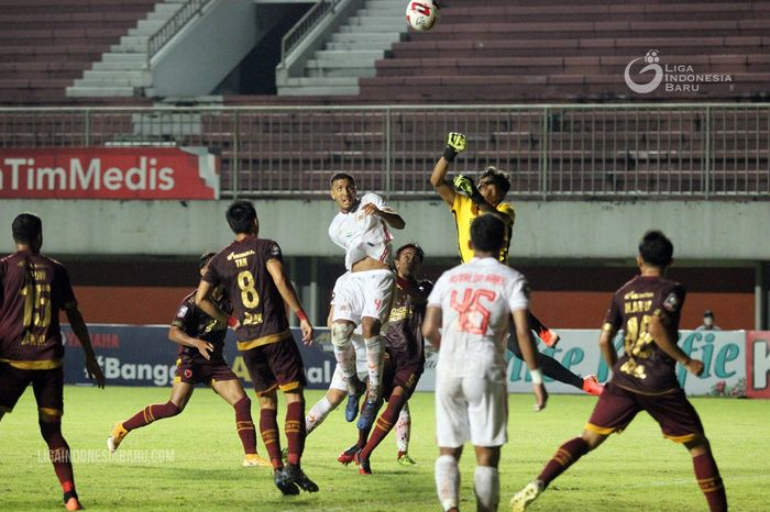 Kiper PSM Makassar, Hilmansyah, memotong bola lambung yang ditujukan kepada bek Persija Jakarta Yann Motta pada leg pertama semifinal Piala Menpora 2021 di Stadion Maguwoharjo, Sleman, Kamis (15/4/2021).