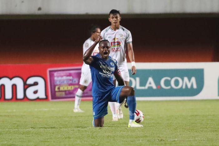 Victor Igbonefo dalam laga Persib Bandung vs PSS Sleman pada leg pertama semifinal Piala Menpora 2021 di Stadion Maguwoharjo, Sleman, Yogyakarta, Jumat (16/4/2021).