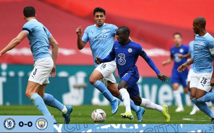Gelandang Chelsea, N'Golo Kante, beraksi dalam laga semifinal Piala FA kontra Manchester City di Stadion Wembley, Sabtu (17/4/2021).