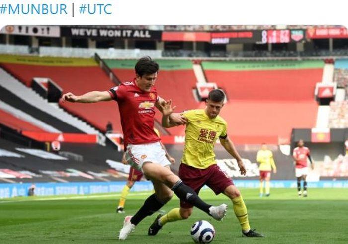Bek Manchester United, Harry Maguire, beraksi dalam laga Liga Inggris kontra Burnley di Stadion Old Trafford, Minggu (18/4/2021).