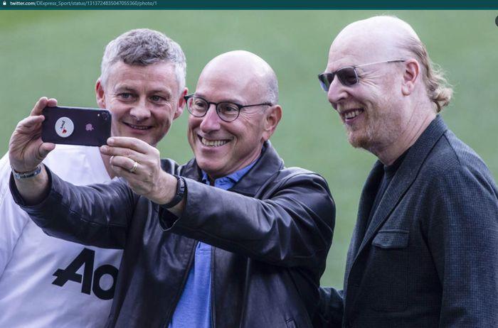 Momen pelatih Manchester United, Ole Gunnar Solskjaer, dan pemilik Man United, Joel Glazer, berfoto bersama.