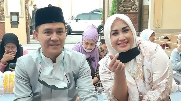 Melinda, penyanyi dangdut dan suaminya, Adi Kurnia Setiadi
