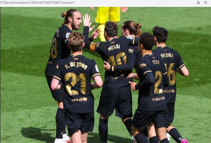 Para pemain Barcelona merayakan gol Antoine Griezmann ke gawang Villarreal pada pekan ke-32 Liga Spanyol 2020-2021, Minggu (25/4/2021).