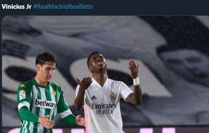 Vinicius Junior (kanan) bereaksi menyesal dalam laga Real Madrid vs Real Betis, 24 April 2021.
