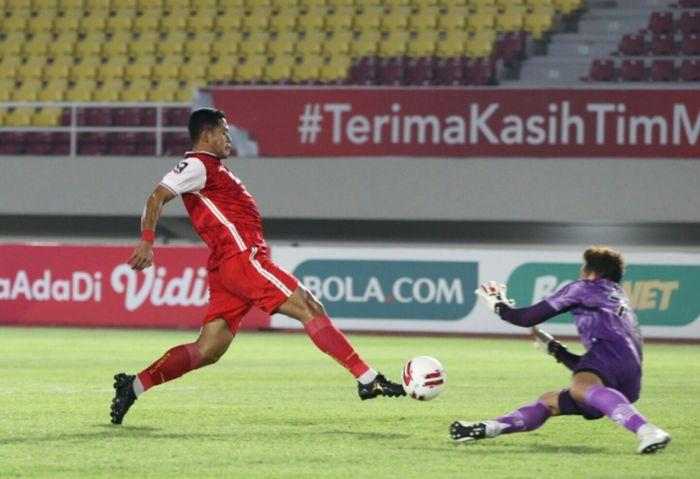 Pemain Persija Jakarta, Taufik Hidayat berhadapan dengan penjaga gawang Persib Bandung, I Made Wirawan di final Piala Menpora 2021 di Stadion Manahan, Surakarta, Jawa Tengah, pada Minggu (25/4/2021).