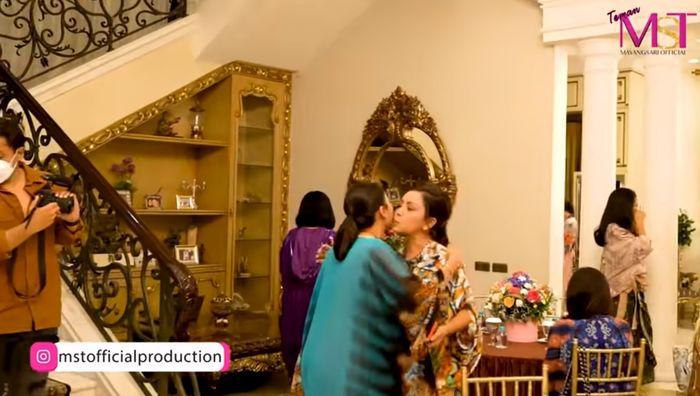 Furniture rumah Mayangsari didominasi warna emas