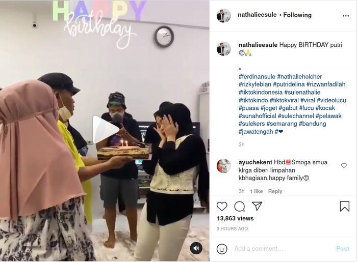 Nathalie Holscher tampak ikut memberikan kejutan ulang tahun untuk anak gadis Sule, Putri Delina.