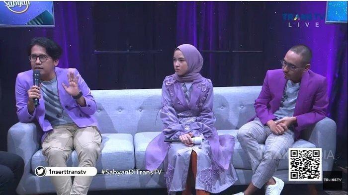 Nissa Sabyan dan Ayus Sabyan berjauhan duduknya sedangkan dengan personel lain dekat