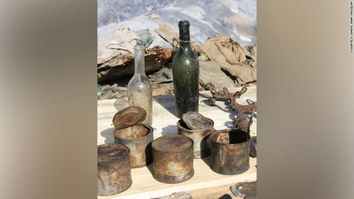Botol-botol dan kaleng-kaleng merupakan beberapa aftefak peninggalan Perang Dunia I yang ada di gua di Gunung Scorluzzo.