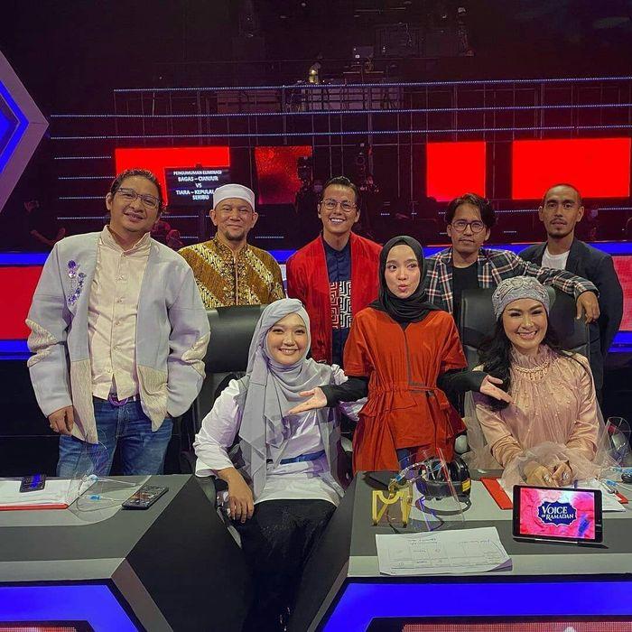 Pamer foto bareng Nissa Sabyan dan Ayus Sabyan. mulut Iis Dahlia kembali makan korban saat bertemu Sabyan Gambus di panggung televisi.