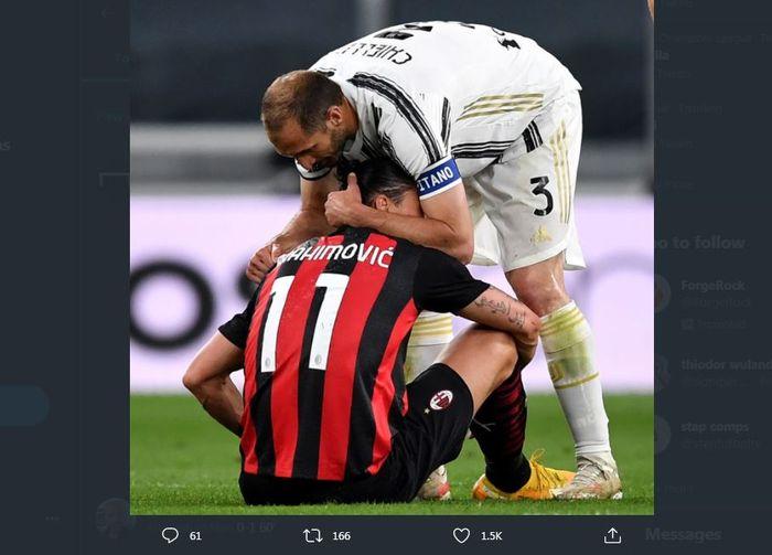 Giorgio Chiellini menghibur Zlatan Ibrahimovic yang alami cedera dalam duel Juventus vs AC Milan, 9 Mei 2021.