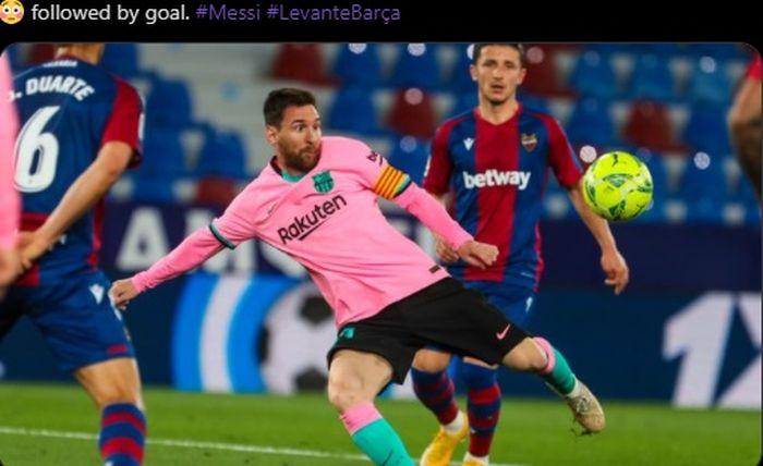 Megabintang Barcelona, Lionel Messi, membuka skor timnya dengan tendangan voli dalam laga kontra Levante di Liga Spanyol