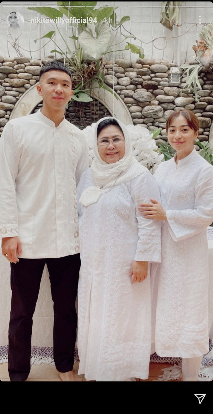 Nikita Willy, Indra Priawan, dan ibu mertuanya berfoto untuk rayakan Lebaran