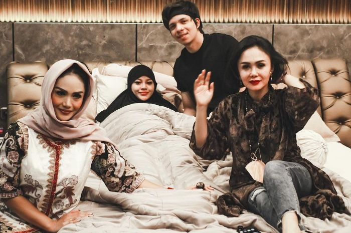 Yuni Shara and Krisdayanti visited Aurel Hermansyah when he was bleeding before a miscarriage some time ago.