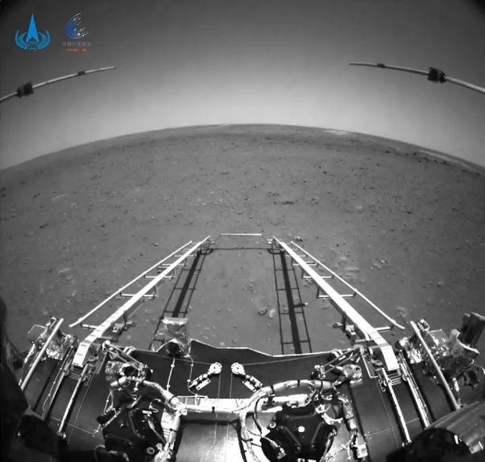 Foto Planet Mars terbaru yang diambil dari kamera di bagian depan penjelajah Zhurong.