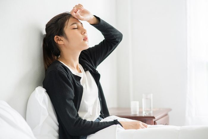 Los síntomas de la malaria varían de una persona a otra, pero la mayoría de las personas experimentan fiebre intensa y debilidad.