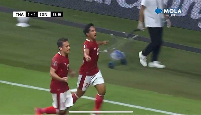 Selebrasi gelandang timnas Indonesia, Kadek Agung usai menjebol gawang Thailand dalam laga Kualifikasi Piala 2022, Kamis (3/6/2021).