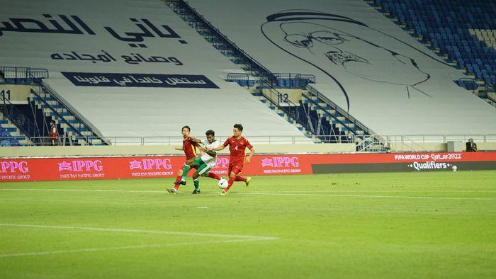Pemain timnas Indonesia, Yakob Sayuri, dikawal dua pemain Vietnam
