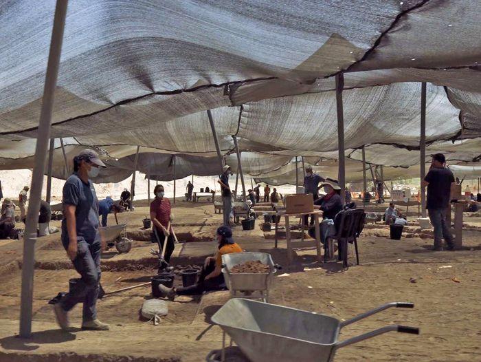Un equipo de arqueólogos de la Autoridad de Antigüedades de Israel está realizando excavaciones en el sitio de Yavne en Israel.