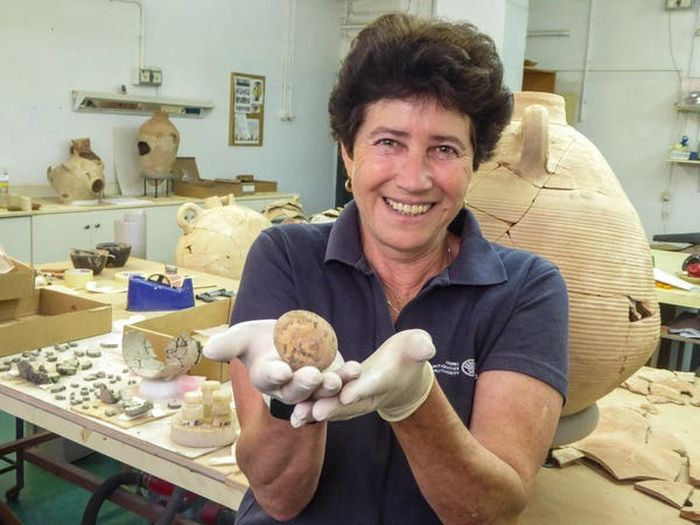 La arqueóloga Alla Nagorsky tiene un huevo de 1000 años encontrado en Yavne, Israel.