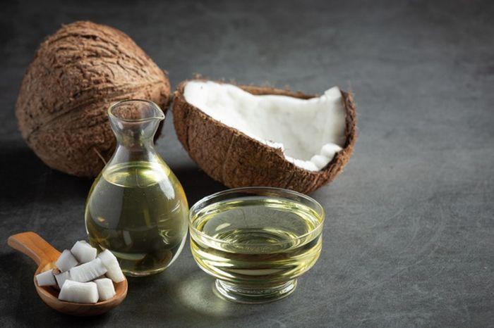 mengatasi rambut rontok dengan minyak kelapa