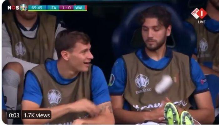 Momen kocak Nicolo Barella dan Manuel Locatelli saat Italia melawan Wales pada matchday 3 fase grup EURO 2020.