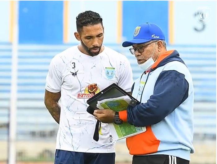 Demerson Bruno Costa bersama pelatih Persela Lamongan Iwan Setiawan