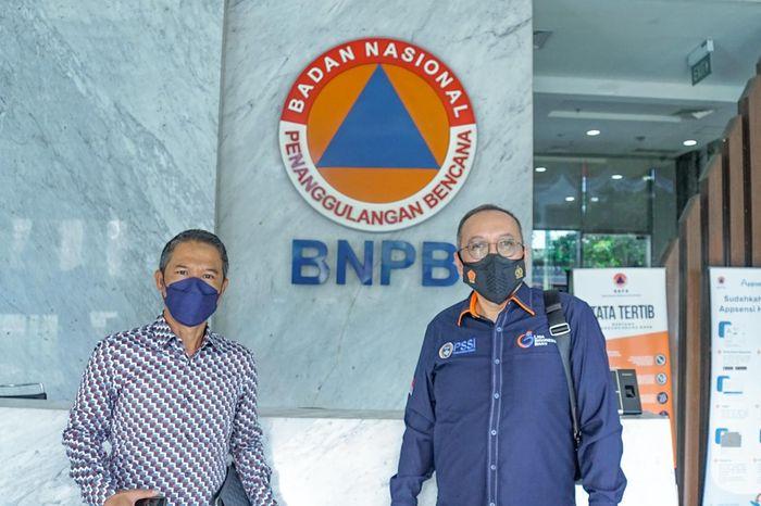 Sekjen PSSI, Yunus Nusi (kiri), bersama dengan Direktur Utama PT LIB, Akhmad Hadian Lukita.